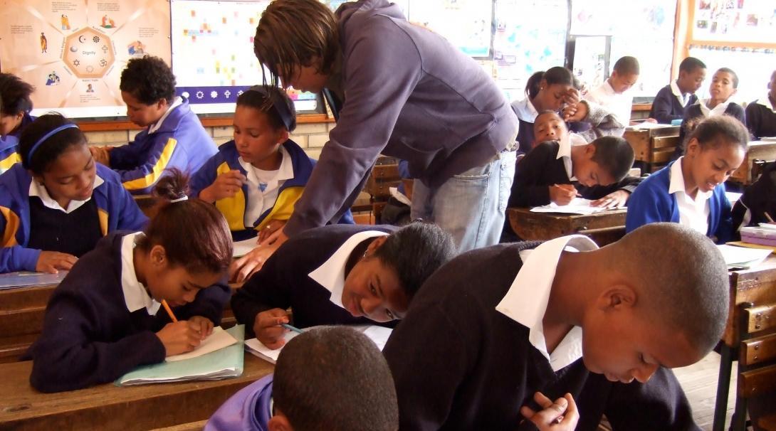Estudiantes en Sudáfrica realizando un ejercicio de nuestra voluntaria de educación.